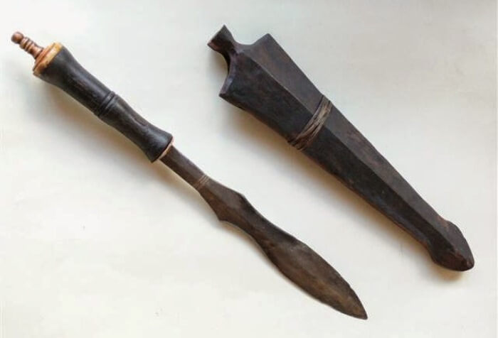 senjata tradisional kalimantan indonesia